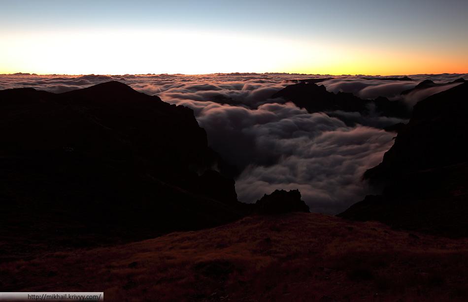 Мадейра. Видно как в долины острова затекают облака с океана.