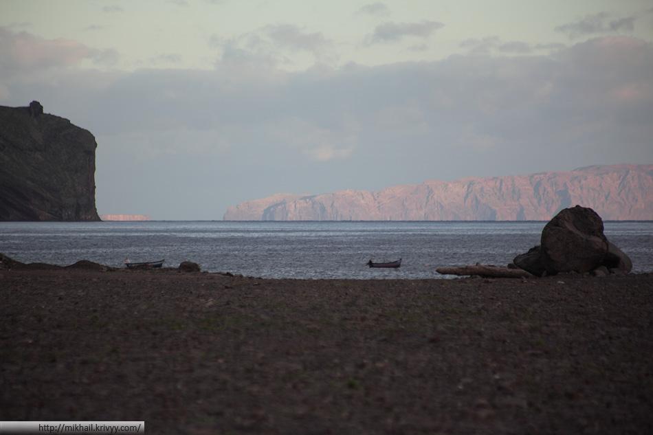 Соседний остров - Deserta Grande. Он не обитаем. Там птичий заповедник. Без разрешения не пускают.