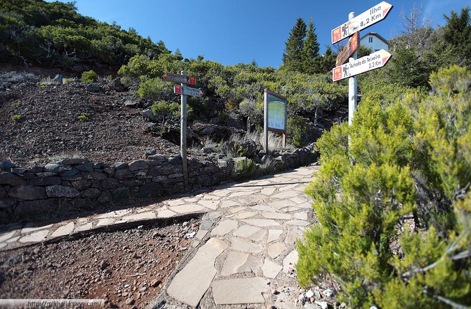Примерно вот так размечены пешеходные маршруты на Мадейре. Правда, нам не удалось найти путеводителя с совпадающей нумерацией.