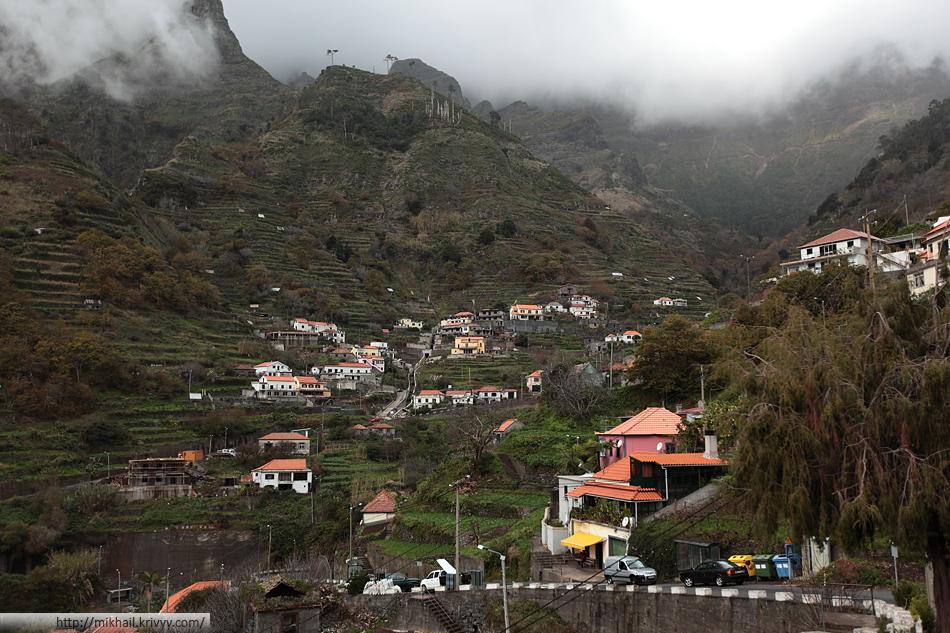 Сиьера Ди Акуа (Serra De Aqua). Деревушка на южном склоне перевала. Остров населен очень плотно, везде где можно строить - построено.