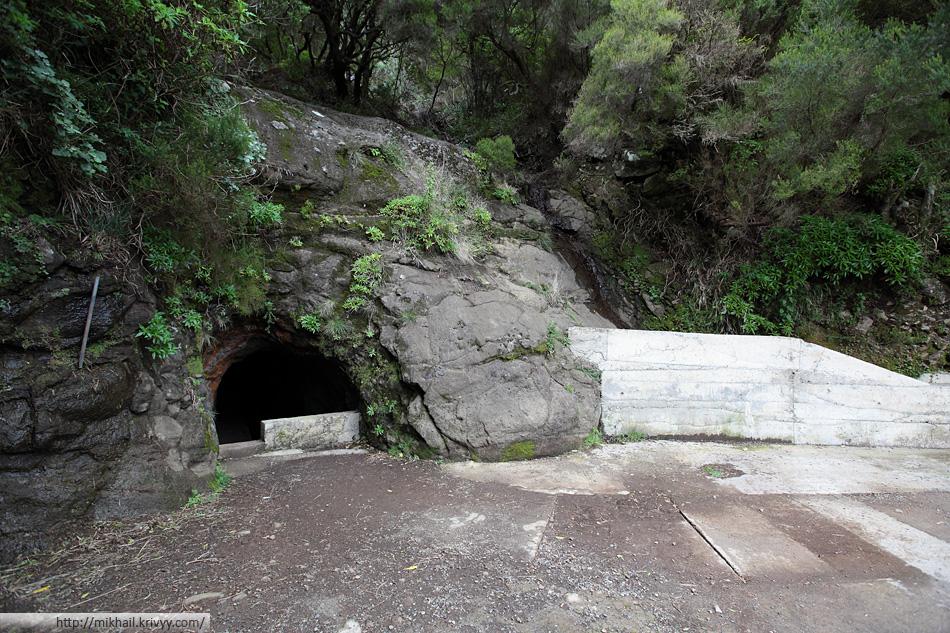 Первый раз было немного боязно лезть в тоннель. Вход в него достаточно узкий. Иногда приходилось идти пригнувшись.