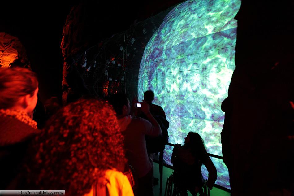 Ядро земли. Просто и эффектно. Экран, проектор и простая система зеркал. Так этот огромный шар и поместился в одноэтажном здании.