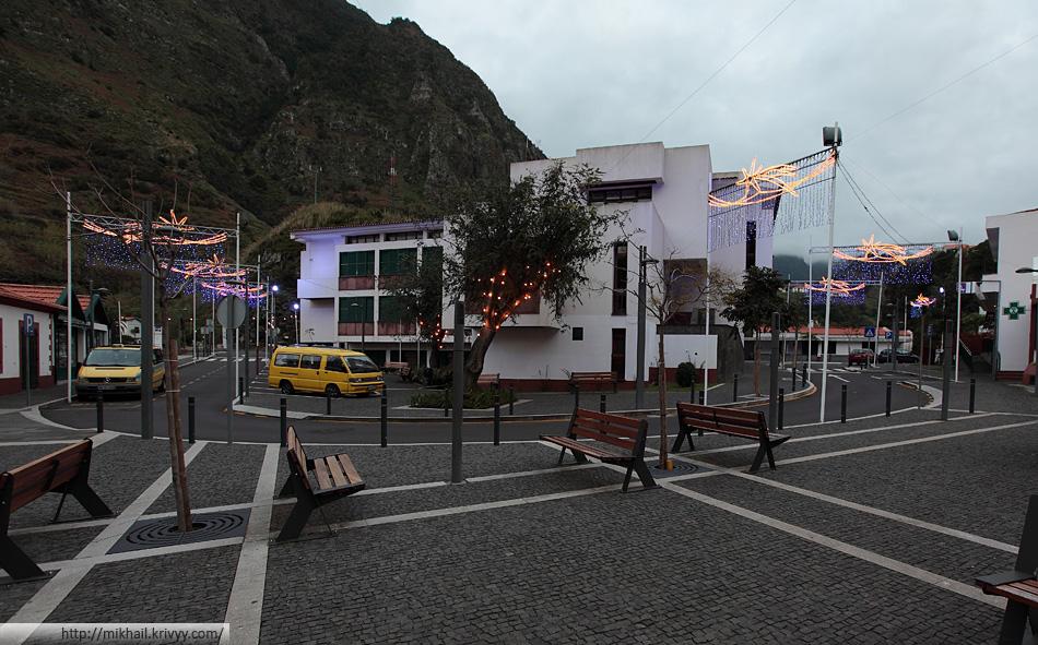 Вообще, не плохо, для центра деревушки с населением 3300 человек. Тут около пяти банков, магазины и рестораны.
