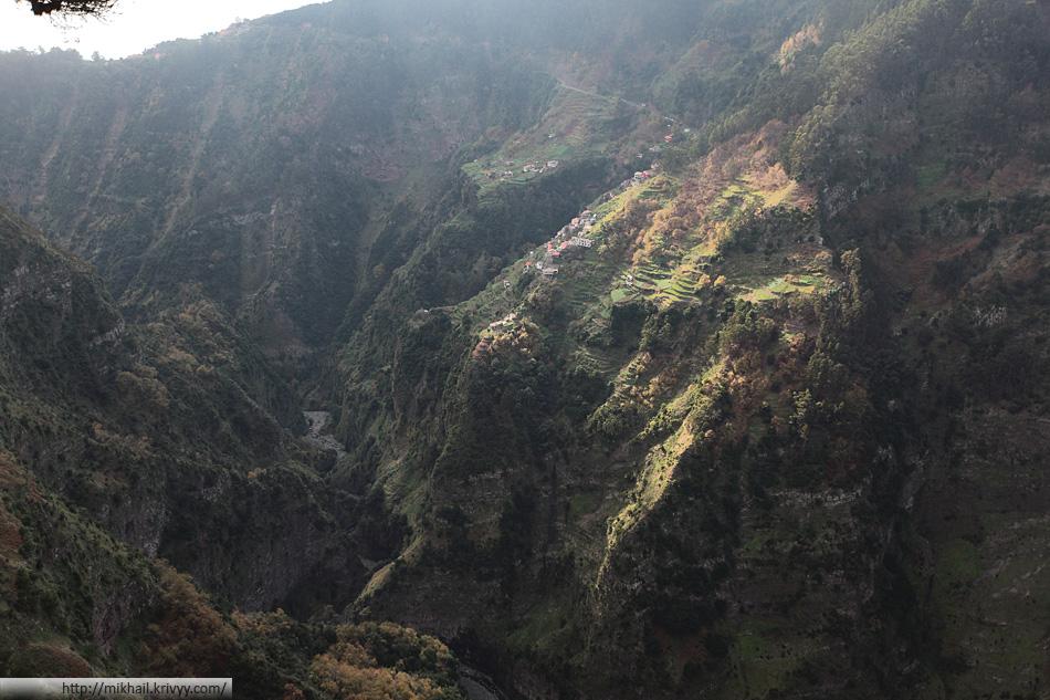 А это уже не Curral das Freiras. Это вид с перевала в обратную сторону. Тут видны масштабы ущелья.