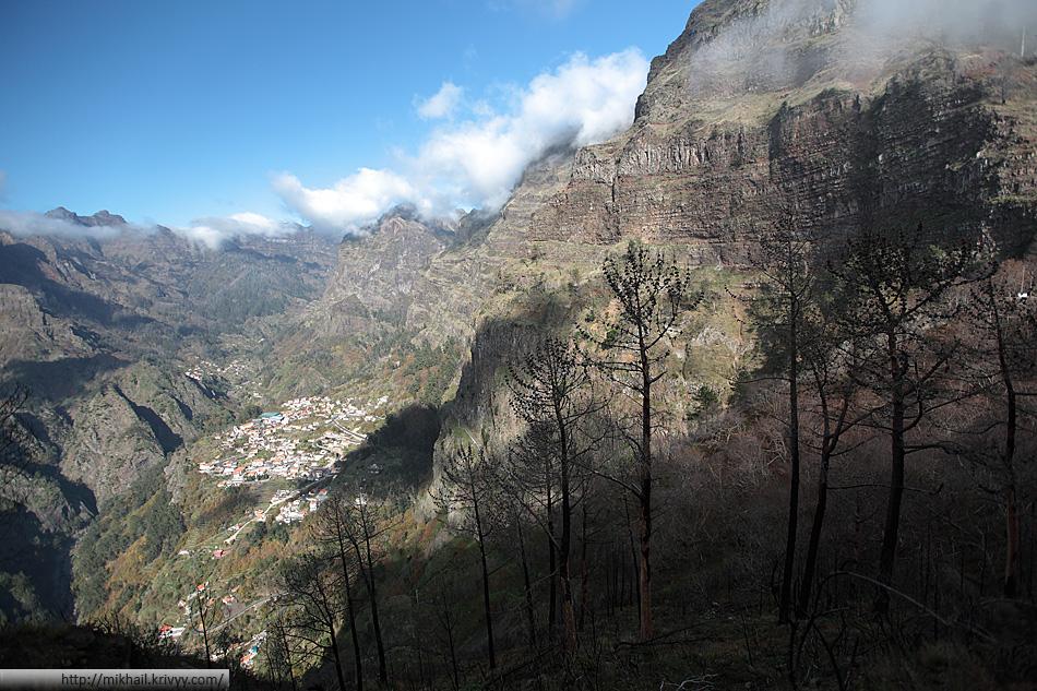 Вид с перевала. Мы очень удачно приехали, погода в горах очень нестабильная, и к отъезду все затянуло облаками. По правой стороне расположены самые высокие пики Мадейры - Пику-Арейру и Пику-Руйву.