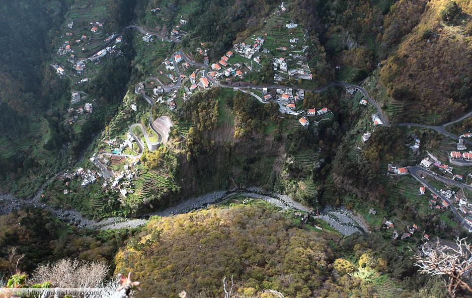 """Когда смотришь вниз, разницы в высоте не чувтсвуется. Деревня не расположена """"на дне"""", она начинается у реки, на высоте примерно 450 метров, и заканчивается примерно на 800 метрах."""