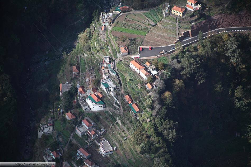 Вид на Curral das Freiras со смотровой площадки Eira do Serrado (с высоты 1053 метра на высоту 543 метра)