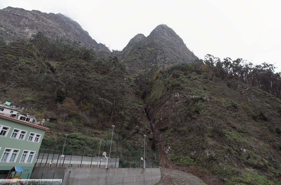 На вершине этой скалы находится смотровая площадка, с которой снято предыдушее фото.