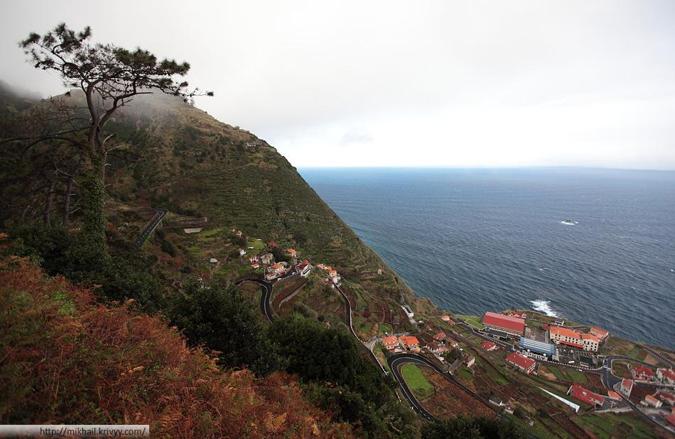 Порту-Мониш (Porto Moniz) - вид со смотровой площадки. Серпантин - въезд в город с юго-западной части города.