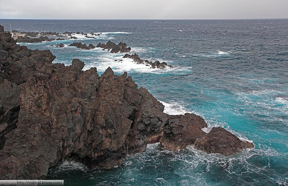 """Пляжа в Порту-Мониш нет. С берега в океан не зайти. Сразу очень глубоко. Из-за большой глубины даже самые большие волны здесь без """"барашков""""."""