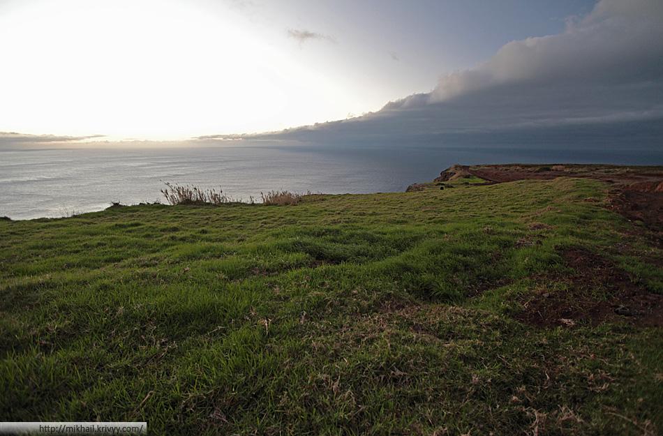 В самой западной точке острова северная часть (справа) конфликтует с южной (слева). Вообще, Понта-ду-Паргу мало похожа на весь остальной остров. Это место больше похоже на холмы северной Англии.