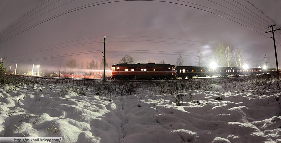 Тепловоз ТЭП70-139 с поездом Львов - Санкт-Петербург, вокзал города Сольцы. 2:13, стоянка 2 минуты.