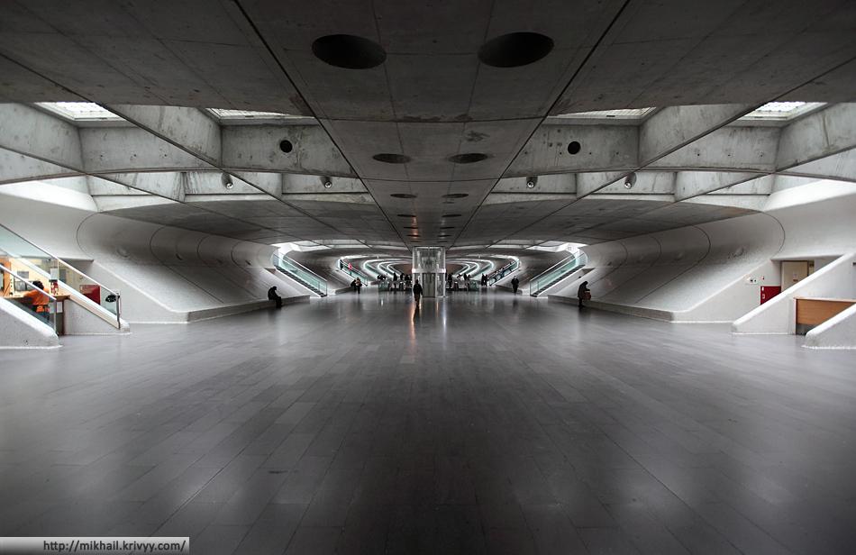 Лиссабон Ориенте. -1 уровень. Подземные переходы, книжная ярмарка, магазины и общепит. По большей части это дублеры первого уровня (на фото выше). Если бы их не было, было бы не очень удобно подниматься из метро на первый уровень, а потом обратно спускаться на нулевой.