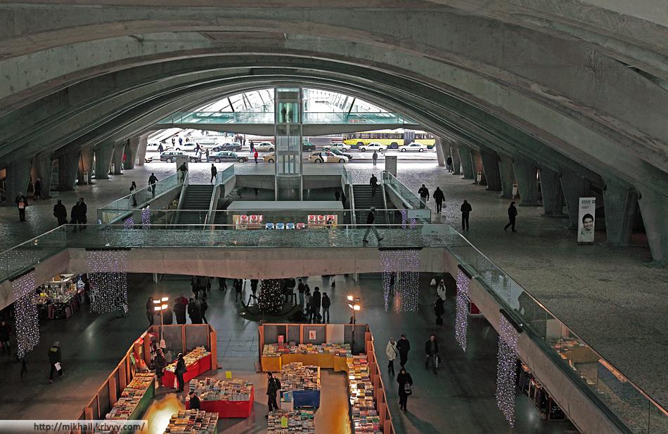 Минус первый, нулевой и первый уровни. На этом фото от первого уровня видны только переходы, над центральным залом его нет. Но он тоже большой.