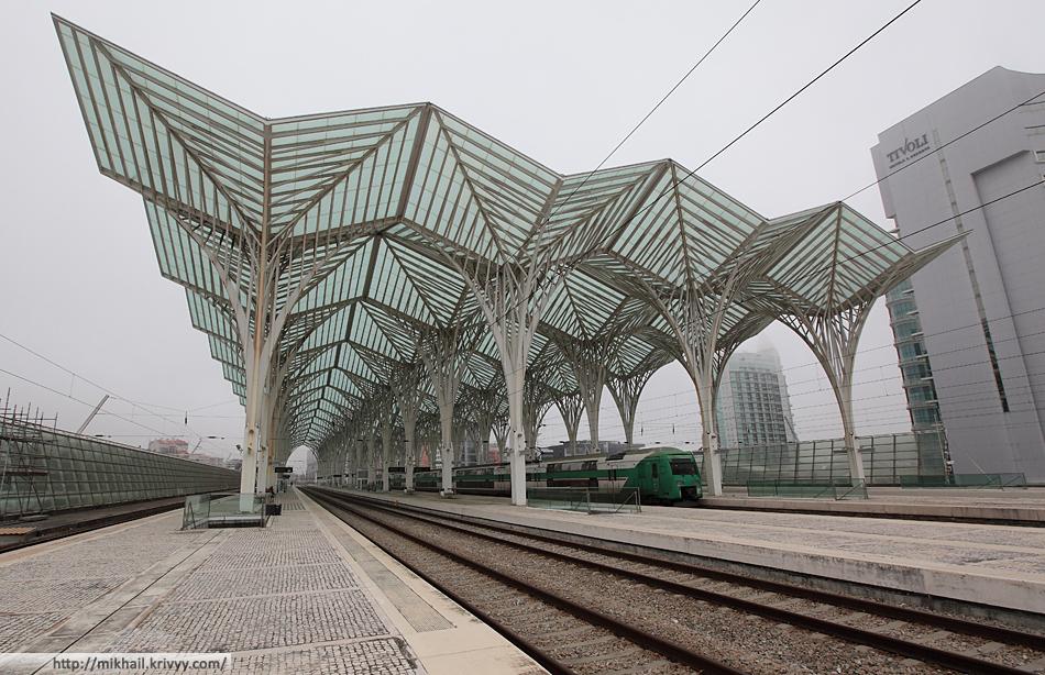 Второй уровень - железнодорожные платформы. Португальские рельсы (как и испанские) шире не только европейских, но и наших. Иберийская колея - 1668 мм.