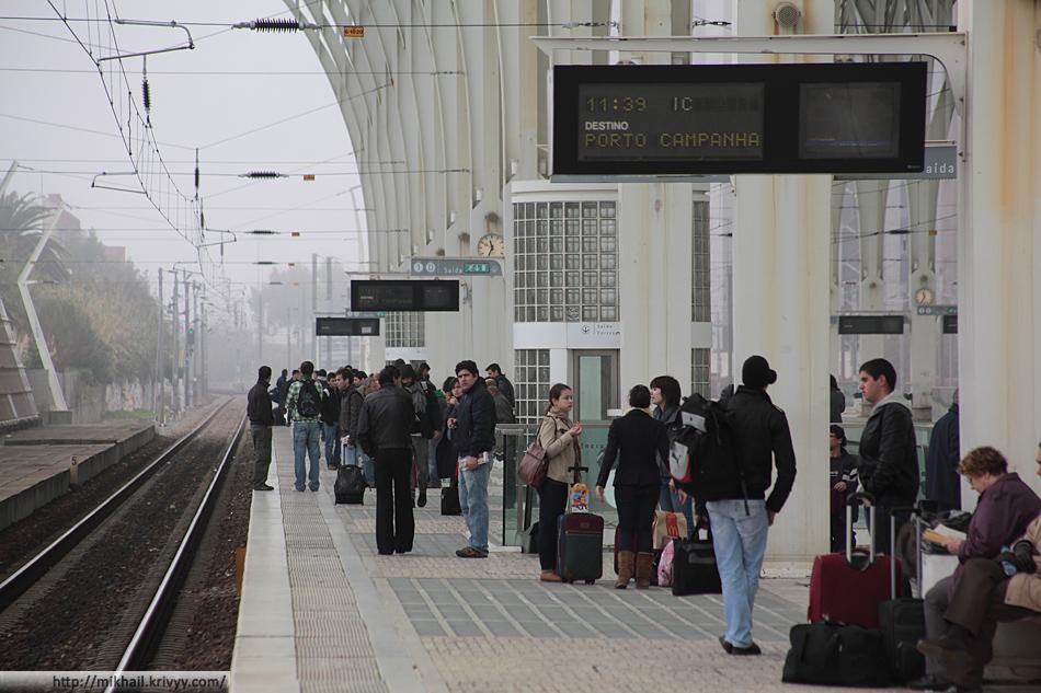 Обычно народу на вокзале не много. Люди начинают появляется непосредственно перед приходом поезда. Поезда стоят 1-2 минуты.