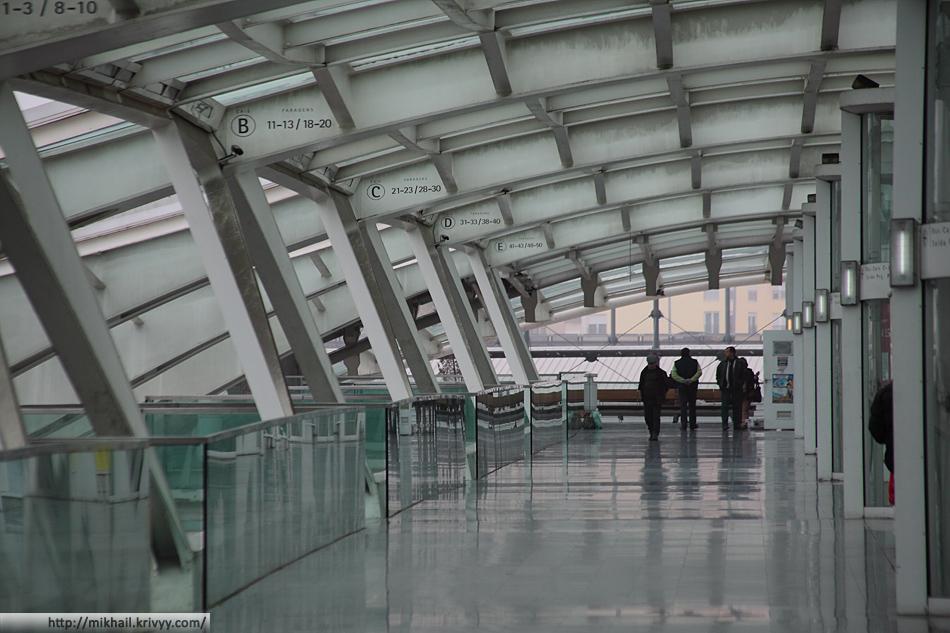Лиссабон Ориенте. Вокзал имеет несколько этажей (или правильнее сказать уровней). Нулевой уровень - частично используется для транспорта, а вот первый - полностью пешеходный. По нему можно попасть на любую автобусную платформу ни разу не пересекая проезжую часть. На первом уровне расположены кассы и небольшие комнаты ожидания.