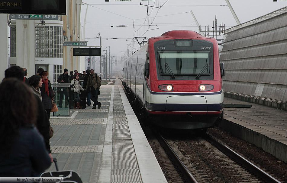 Электропоезд CP Alfa Pendular 4007 на базе ETR 460 Pendolino прибывает на станцию Лиссабон-Ориенте (Lisbon Oriente)