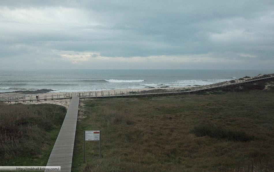 В районе Порту железная дорого шла прямо вдоль  Атлантического океана. Пляжи пустеют - не сезон.