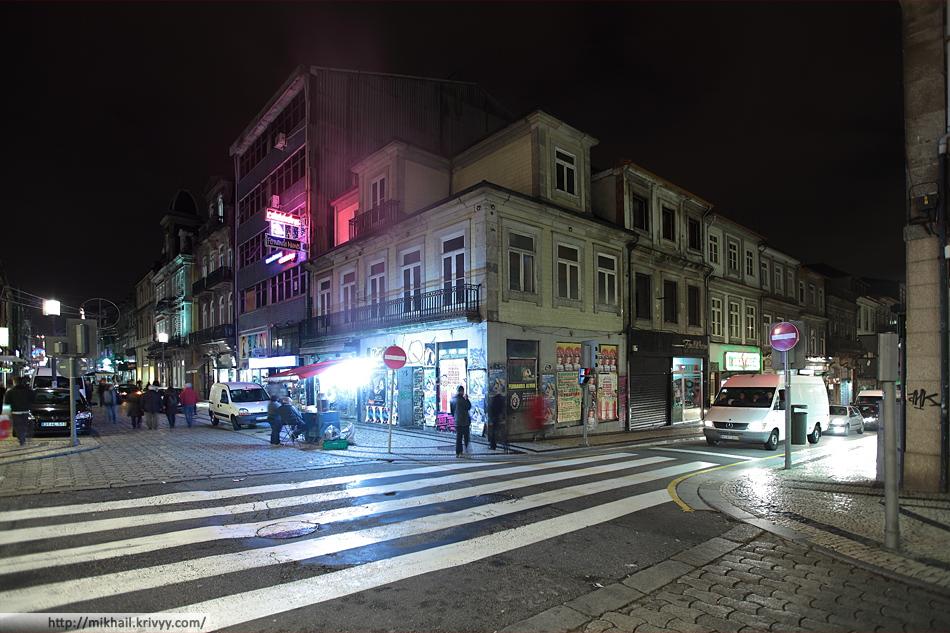 Пешеходная улица - Rue de Santa Catarina. Каштановая жаровня с дымом и запахом.
