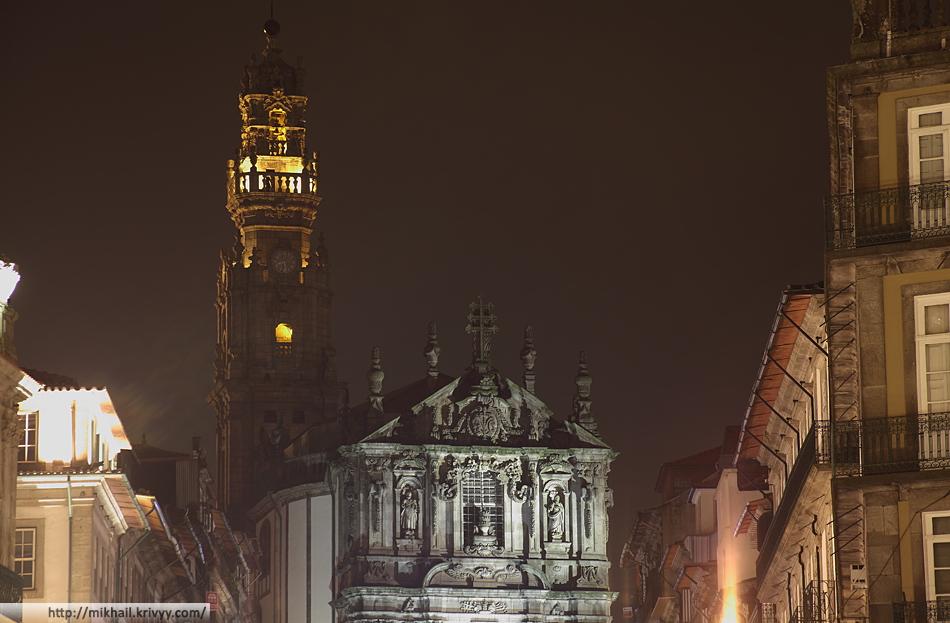 Католическая церковь Клеригуш (Clérigos) и ее колокольня (Torre dos Clérigos). Торре-душ-Клеригуш - самая высокая церковная башня Португалии и символ города Порту.