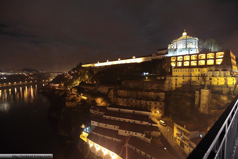 Mosteiro da Serra do Pilar (то что сверху) и заброшенные склады (то что снизу). Вид с моста Дона Луиша.