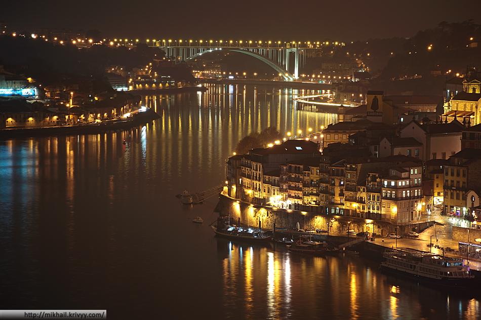 В сторону океана есть еще один мост - Arrábida Bridge. Он автомобильный, по три полосы в каждую сторону. Длина моста - 615 метров, максимальная высота - 70 метров. За мостом устье реки Дору и Атлантический океан.