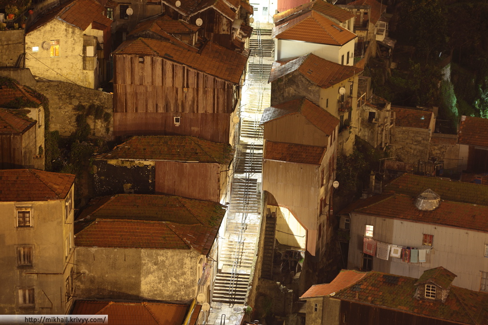 Жилые дома в района моста Дона Луиша. Туристическая улица с большим количеством ступенек соединяет набережную с городом. Разница по высоте примерно 60 метров.
