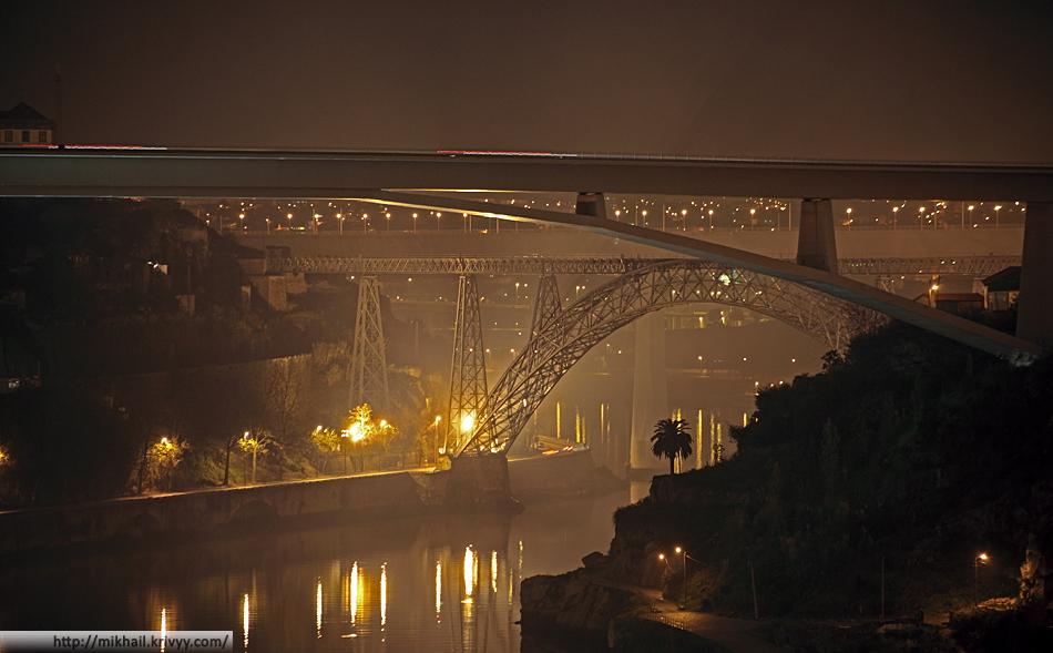 Три моста. От ближнего к дальнему - Ponte Infante Dom Henrique (автомобильный, по две полосы в каждую сторону), Понте-де-Дона-Мария-Пиа (железнодорожный, закрыт в 1991) и новый железнодорожный мост (два пути, скоростное движение). Снято с моста Понте-де-Дон-Луиш.