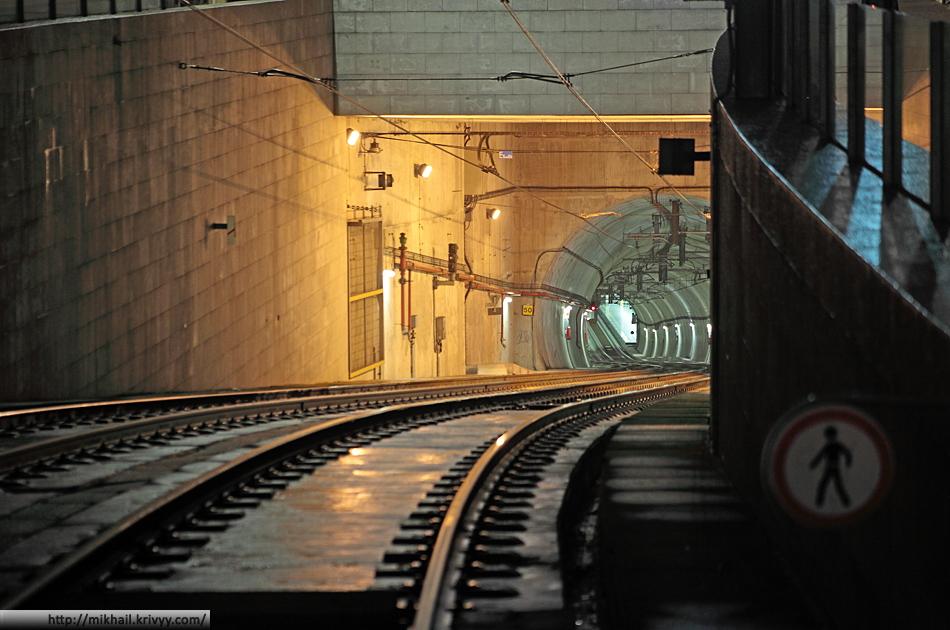 Место где подземное метро выходит на мост Мост дона Луиша. На фотографии видна подземная станция - Sao Bento.
