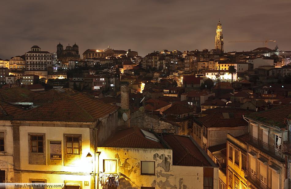 Исторический центр Порту. Башня Торре-душ-Клеригуш, та что символ города.