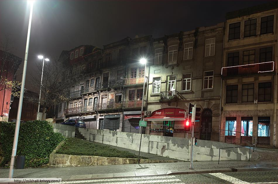 Типичная застройка Порту. Заброшенные дома (их тут много) соседствуют с вполне заселенными. На фото у всех домов три этажа, но в такую застройку могут вставлены узкие дома и по 7-8 этажей. Смотрится комично.