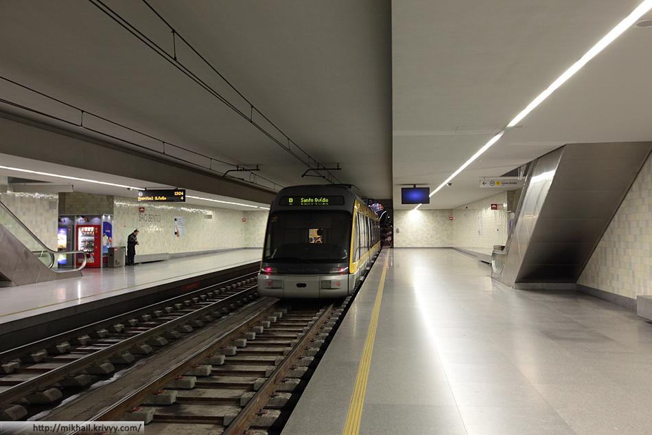 """""""Поезд метро"""". Станция Campo 24 de Agosto. Интересная особенность местного легкого метро - свет и чистота в тоннелях."""