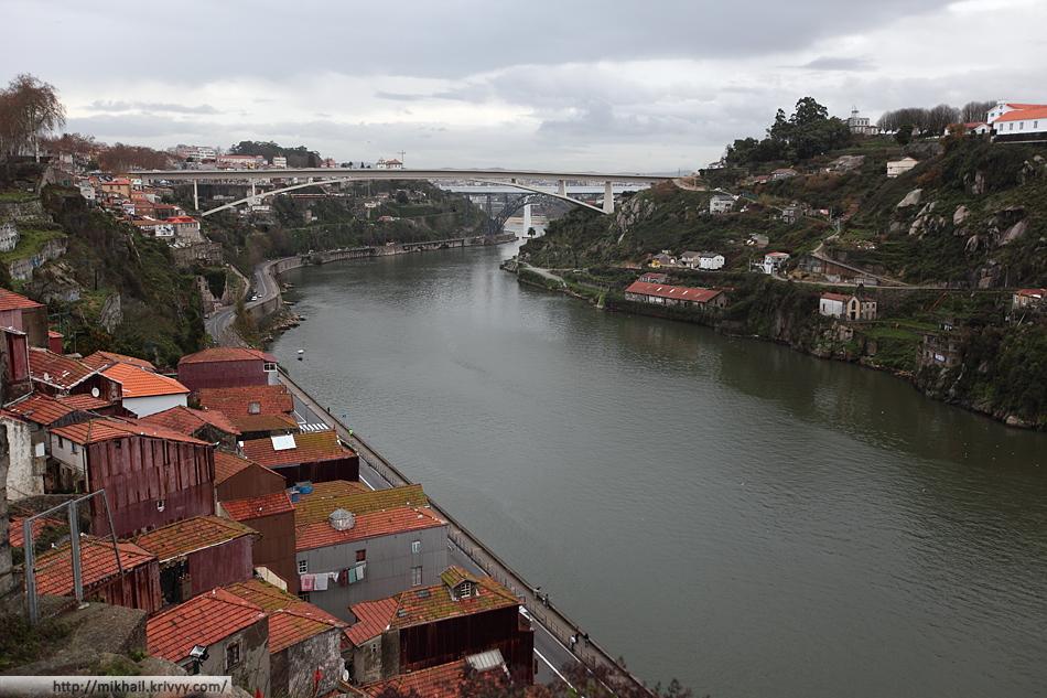 Река Дору. Три моста. От ближнего к дальнему - Ponte Infante Dom Henrique, Понте-де-Дона-Мария-Пиа и новый железнодорожный мост. Снято с моста Понте-де-Дон-Луиш.