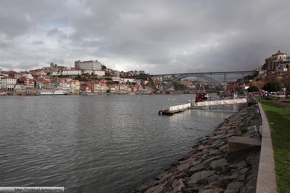 Слева - Порту, справа - Вила-Нова-ди-Гая, по центру - река Дору и мост Дона Луиша I.