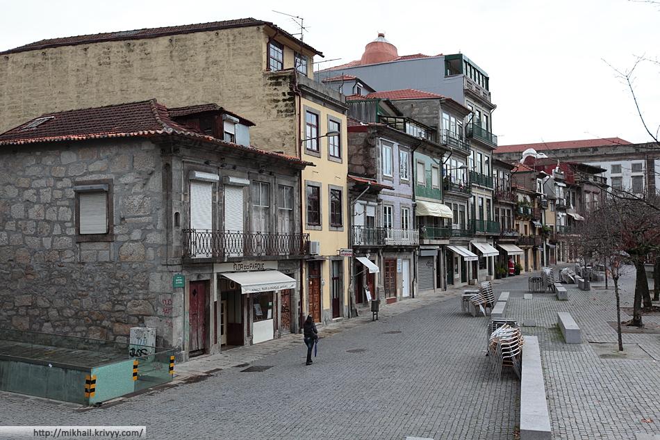 Туристическая улочка недалеко от университета Порту.