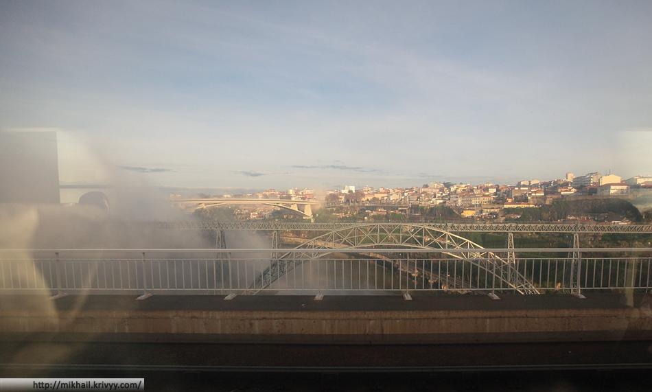 Утром, когда мы уезжали погода просто издевалась над нами. Светило солнце, со стороны Вилла-Нова-ди-Гая к реке спускался туман. Фото из поезда.