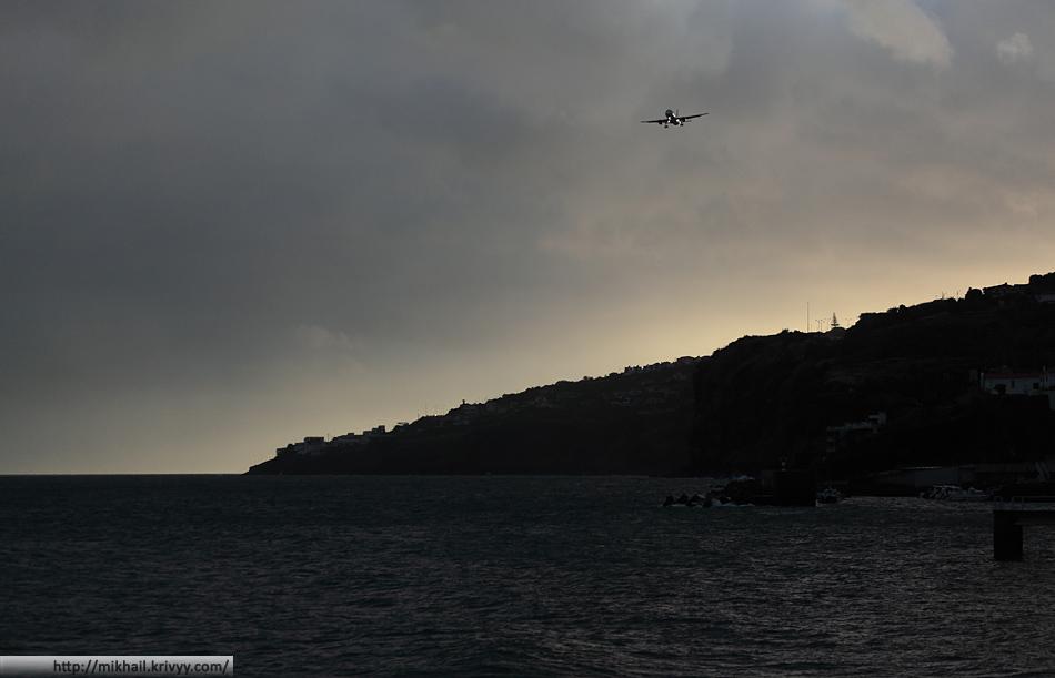 Boeing 737-86J авиакомпании Air Berlin заходит на посадку в аэропорту Фуншал (Мадейра)