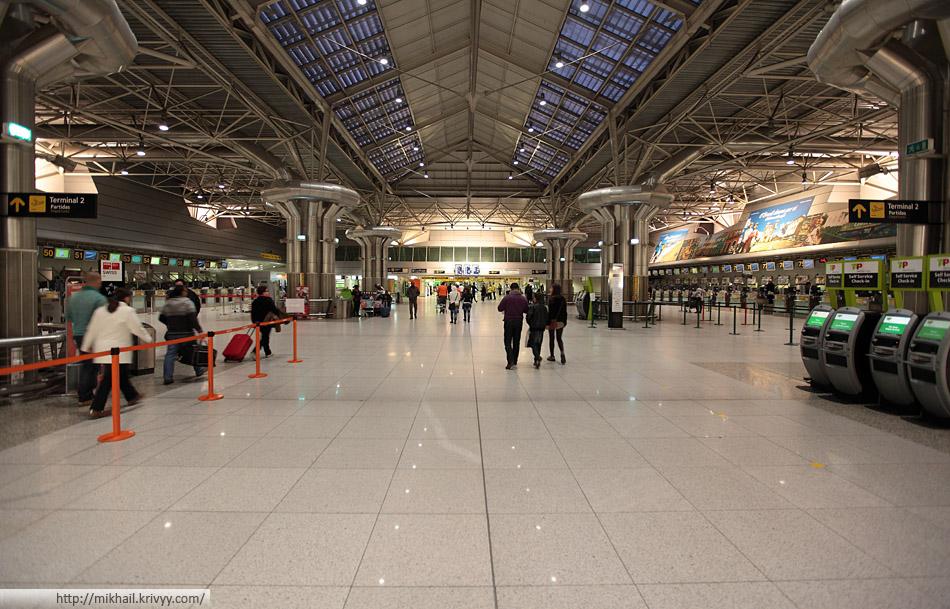 Аэропорт Лиссабона - основной за с регистрационными стойками.