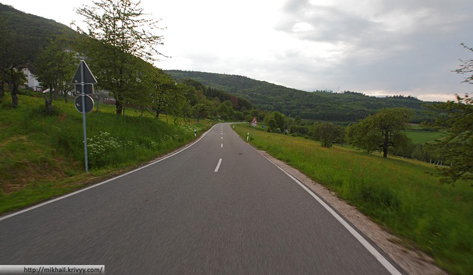 А вот автомобильного движения вдоль Рейна почти нет. Вот по такой дорожке 5 минут езды до автобана. Все машины там.