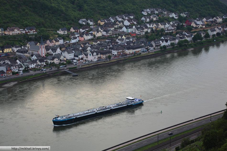 Деревушка Кестерт крупным планом. На Рейне очень активное движение.