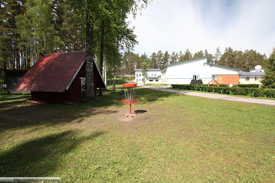 Тренировочная корзина (Не является частью парка) и административно-жилой комплекс спортивной базы Jõulumäe.