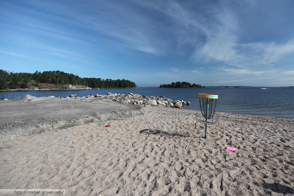 Корзины для игры в диск-гольф установлены прямо на пляже.