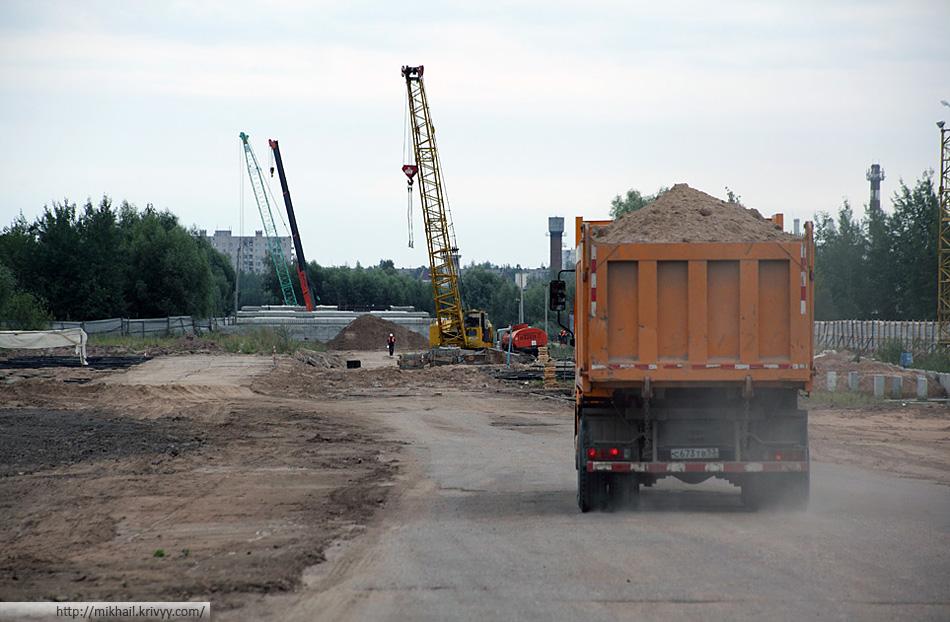Общий вид со стороны Большой Санкт-Петербургской. Тут видны верхние части опор №1, №2 и №3. Всего опор будет 13.