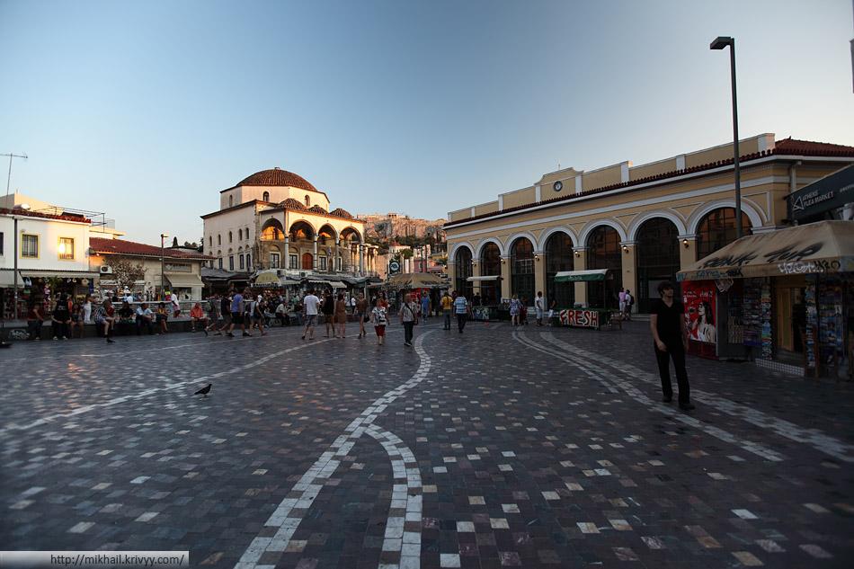 Площадь Монастираки. Справа - одноименная станция метро.Слева - бывшая турецкая мечеть. Еще тот райончик.