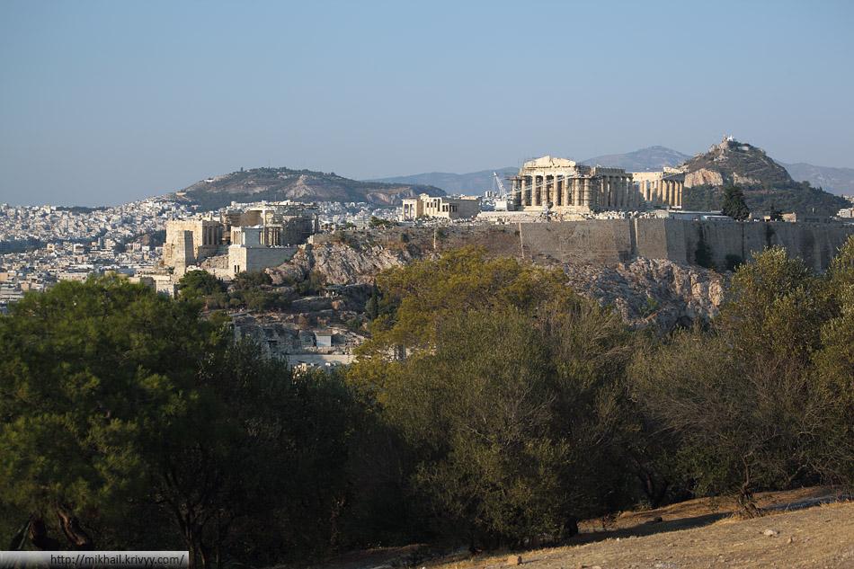Афинский Акрополь - 156-метровый скалистый холм с пологой вершиной (~300 м в длину и 170 м в ширину)