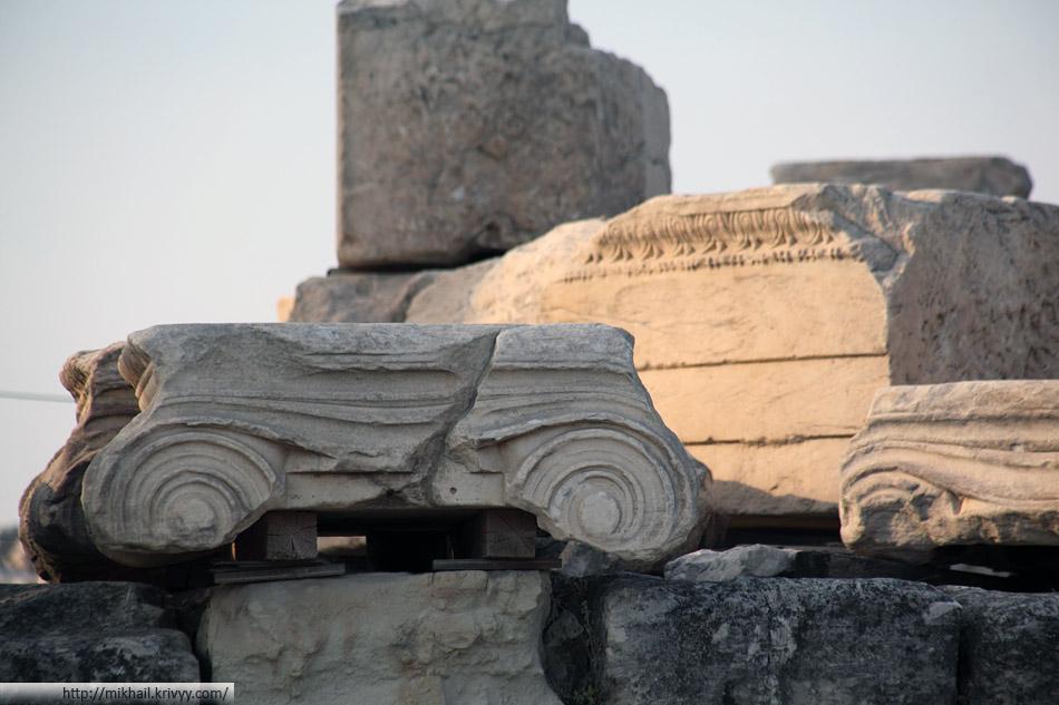 Сегодня Афинский Акрополь это стройплощадка. Везде сложены блоки, часть закрыта для посещения туристами. Я бы выдавал строительные каски для аутентичности. Наверху есть даже строительная узкоколейка.