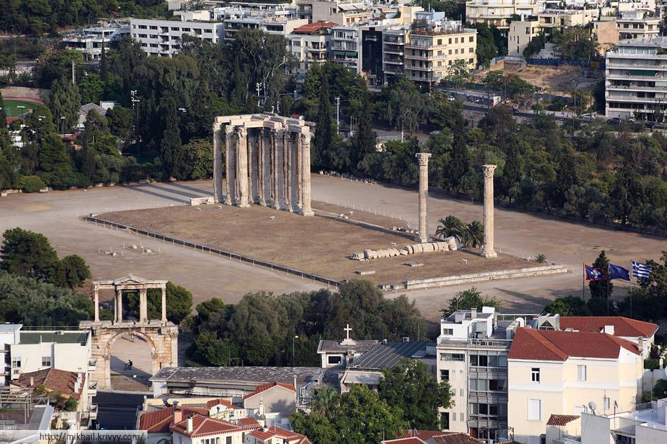 Олимпейон (храм Зевса Олимпийского) — самый большой в Греции храм, строившийся с VI века до н. э. до II века н. э. Располагается в 500 метрах к юго-востоку от Акрополя. С него собственно и вид.
