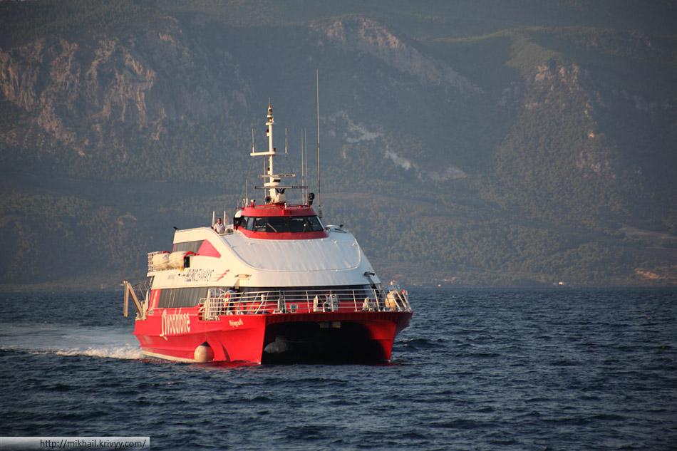 Flyingcat 6 компании Hellenic Seaways - пассажирский катамаран на 342 места (без машин). Построен в 1997 году, крейсерская скорость - 50 км/ч.