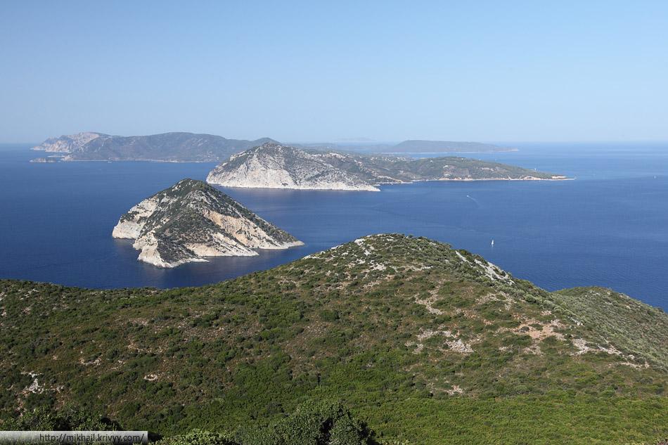 Северные Спорады. Вид с острова Скопелос (Skopelos) на острова Voreies (тот что ближе, необитаемый) Алонисос (Alonisos, дальше, обитаемый).